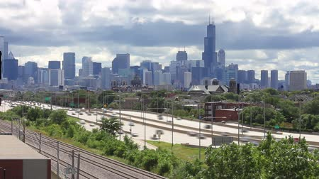 пригород : Time lapse of the busy Kennedy Expressway traffic with clouds rolling over the Chicago skyline