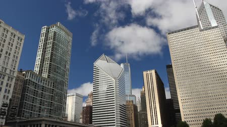 gün : Time lapse, looking up at towering skyscrapers in Chicago with clouds and blue sky