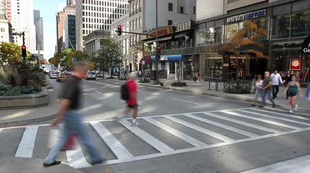 pěšina : CHICAGO - Time lapse, Cars and pedestrians crossing the street at a crosswalk intersection on Michigan Avenue in Chicago