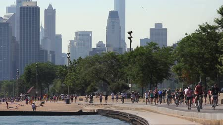 ciclismo : Runners and cyclists on the Lakeshore Path with the Chicago skyline in the background