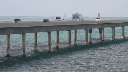 pomost : Vehicles passing over the overseas highway in the Keys Wideo