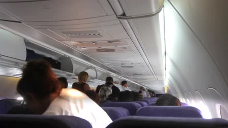fülke : Time lapse of passengers exiting an aircraft, taken from back of the plane
