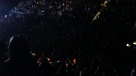 koncert : Lights flash and then get bright on a crowd of cheering fans at a concert