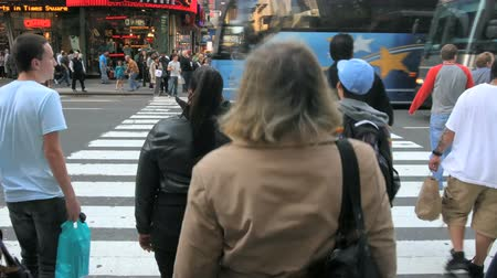 autó : Time lapse of a crowded city crosswalk in New York City