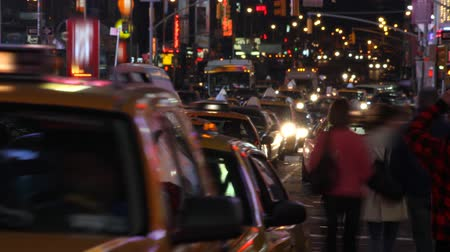 čas : Time lapse of city traffic and pedestrians at night, shot in Times Square, New York City