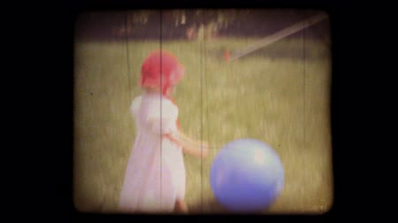царапина : 1950s home movie of kids playing in their back yard with a vintage 8mm film look. Shots are recent, but very authentic looking. Includes projector audio.