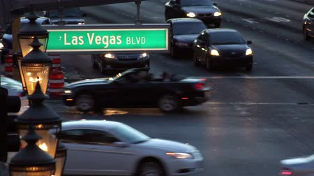 Shot of a Las Vegas Blvd street sign, with traffic moving in the background at dusk, with audio Dostupné videozáznamy