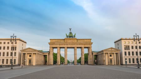 tor : Berlin city skyline timelapse at Brandenburg Gate (Brandenburger Tor), Berlin, Germany, 4K Time lapse Stock Footage