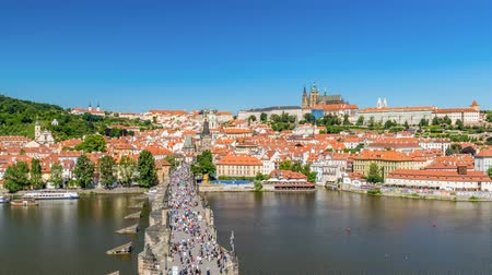 čeština : Prague city skyline Charles Bridge and Prague Castle timelapse, Prague, Czech Republic 4K Time lapse