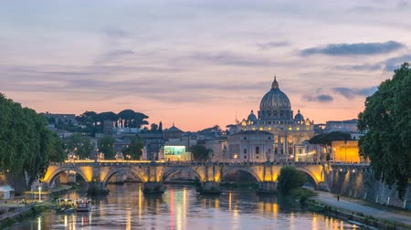 ピーター : Rome Vatican Italy time lapse 4K, city skyline day to night sunset timelapse at Tiber River