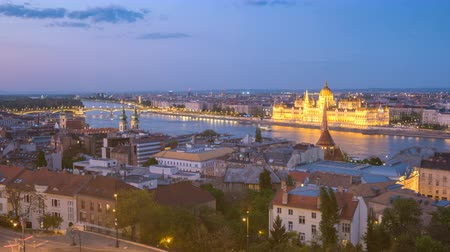 budapeste : Budapest Hungary time lapse 4K, city skyline day to night timelapse at Hungarian Parliament and Danube River