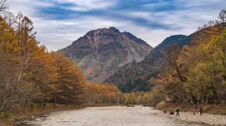 lapso de tempo : Nature landscape at Kamikochi Japan time lapse 4K, autumn foliage timelapse with pond and mountain