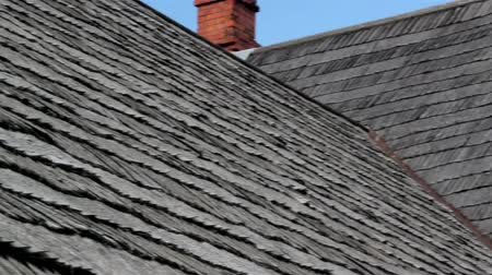 charakteristický : An up-close image of the old clean red cedar wooden shingle shake roof with a chimney that looks like it has been cleaned recently.