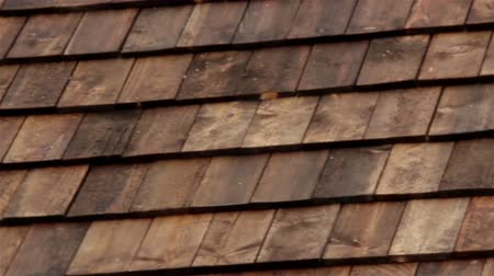 recentemente : Closer image of the wood roof going right side to look at the right part if the roof that has been recently made. Cedar wooden shingle on the roof carpentry roofing roofworking build economy industry.
