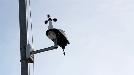 barometr : A small anemometer place on a pole an instrument used to measure wind speed