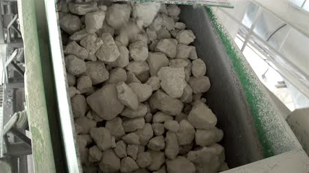 kamień : Lots of big limestones from a stone conveyor machine in a factory