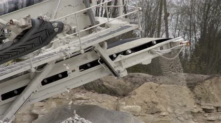 работник физического труда : A machine called splinter used for splitting rocks to crushed gravels