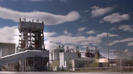 kazılmış : A limestone factory with tall steel buildings inside Stok Video