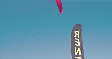 extremo : A surfing shape parachute flying in the sky 4K   Vídeos