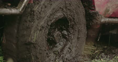pneus : Turning wheel of a 4x4 offroad vehicle on the mud. The red offroad vehicle is trying to get off the muddy place Stock Footage