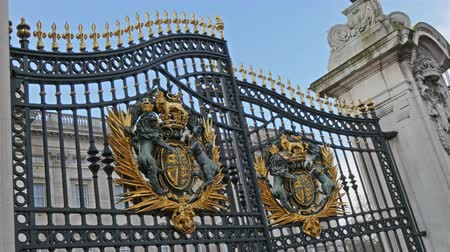 nobreza : The royal gate has finally opened in the Buckingham Palace for the change of guard ceremony in 4K UHD Vídeos