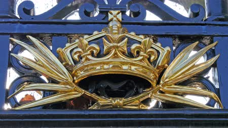 buckingham palace : One of the golden sculptures of the gate in Buckingham Palace.  in 4K UHD