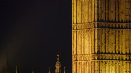 londra : Yellow lights surrounding the Big Ben at night. It is one of the attractions in London at night in 4K UHD