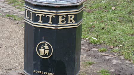 buckingham palace : A black litter can in the Royal Park. This is for people to throw their garbage on the park in 4K UHD Stock Footage