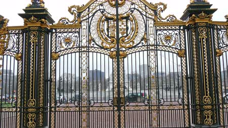buckingham palace : The beautiful and huge gate of the Buckingham Palace in London. Buckingham Palace is the London residence and principal workplace of the monarchy of the United Kingdom. in 4K UHD Stock Footage