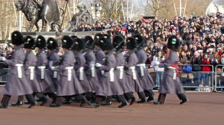 Лондон : People are taking pictures and watching the ceremony of Change of guards in the Buckingham Palace in 4K UHD