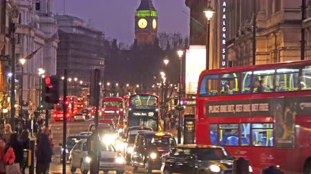 londra : Busy streets of London at night. People cars and buses are busy passing by the streets in 4K UHD