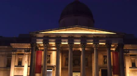 Лондон : The National Gallery in London at night. The National Gallery is an art museum in Trafalgar Square in London. Founded in 1824 it houses a collection of over 2300 paintings dating from the mid-13th century to 1900.  in 4K UHD Стоковые видеозаписи