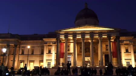 Лондон : National Gallery in London at night where lots of people and tourists flocking infront to see the view in 4K UHD