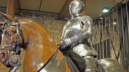 şövalye : A statue of a man in a horse inside the tower of London. It looks like a knight from the ancient world in 4K UHD Stok Video