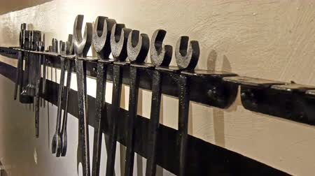 ferramenta : Hardware tool hanging on the wall. Lots of black tools displayed in the room in 4K UHD Vídeos