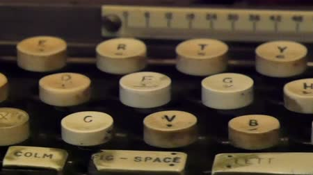 úgy néz ki : A vintage and old code machine used by the spy. This machine looks like a typewriter with letters on it