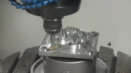 moagem : Precision milling CNC machine tool makes part.