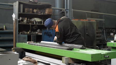 locksmith : Work on the preparation of the bed of a metal-cutting machine for assembly. The locksmith performs a manual scraping operation. Stock Footage