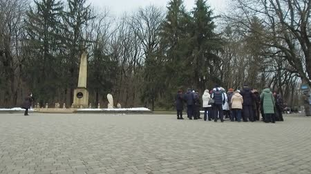 poeta : The place of the duel of the Russian poet Lermontov. Tourist groups near the commemorative stele. Stock Footage