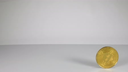 de ativos : A single Bitcoin coin rolling past the field of view. Stock Footage