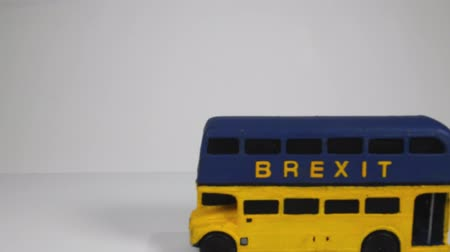 espaço de texto : One of the famous parts of the Brexit vote was the bus that showed the £350 million on the side of it. Here is a spin off of that Brexit bus. Stock Footage