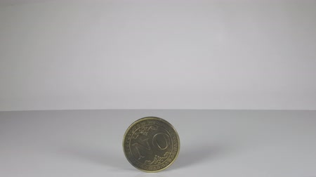 A large coin in a hand that has just been flipped shows the word No. Vídeos