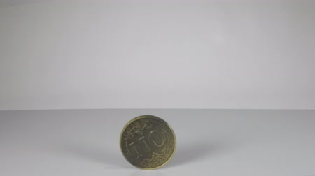 decidir : A large coin in a hand that has just been flipped shows the word No. Stock Footage