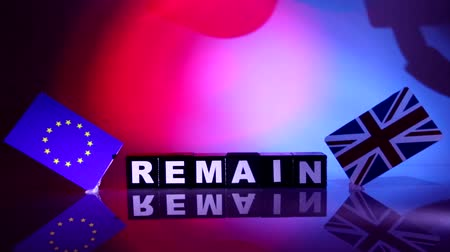 decidir : Brexit is one of the, if not the, biggest news subjects on media around the world. Here wooden blocks along with the Union Jack and EU flags either side.e Stock Footage
