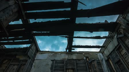zeď : The sky through the shattered roof of the building