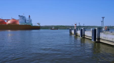 альтернатива : Liquified natural gas tanker ship passing by wharf to enter industrial port on sunny day Стоковые видеозаписи