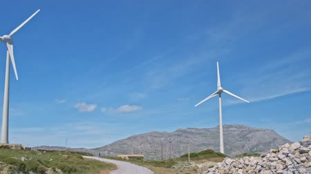 회 전자 : Panning of wind turbine farm in hill landscape on clear sunny day