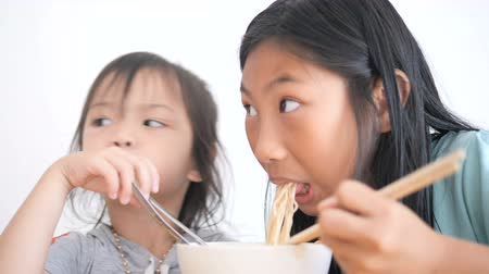 лапша : Asian children to delicacies of Chinese noodles together at home.