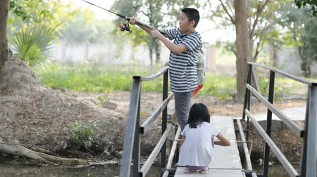 závazek : PRACHUAP KHIRI KHAN, THAILAND - JANUARY 28, 2018: Children enjoying and learning new fishing skills, Hua Hin, Thailand. Dostupné videozáznamy