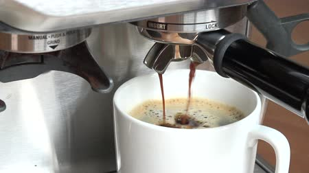 kufel : coffee machine pouring espresso in cup Wideo